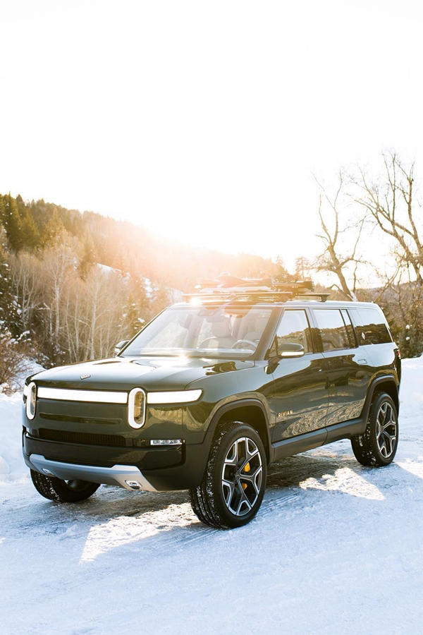 Rivian SUV R1S in snow